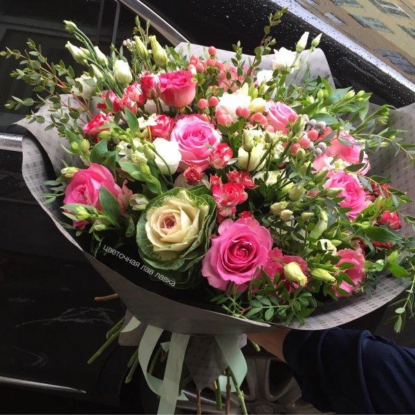 Букет №91, брасика, гиперикум, кустовая роза, лизиантус, матовая пленка, орнитогалум, роза, эвкалипт,