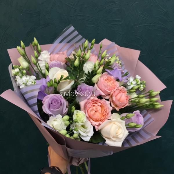Букет №91, белый лизиантус, матиола, роза, роза вендела, роза джульетта, роза сиреневая,