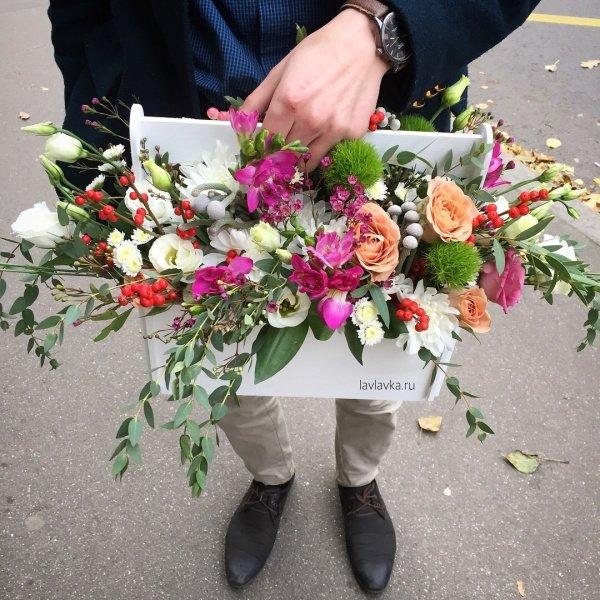 Композиция в ящике №10, гвоздика, гвоздика грин тик, деревянный ящик, илекс, лизиантус, роза, роза капучино, фрезия,