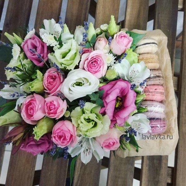 Сладкая композиция №11, альстромерия, лаванда, лизиантус, пионовидная роза, роза, сушеная лаванда, цветочная композиция, цветочная композиция с макарунами, цветы в коробке, цветы с макарунами, эустома,