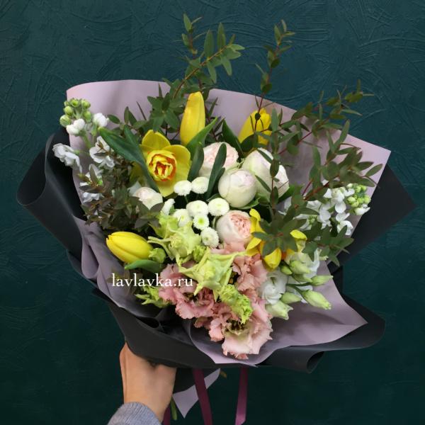 Букет №88, лизиантус, матрикария бая, маттиола, нарцисс, пионовидная кустовая роза, тюльпан, эвкалипт,