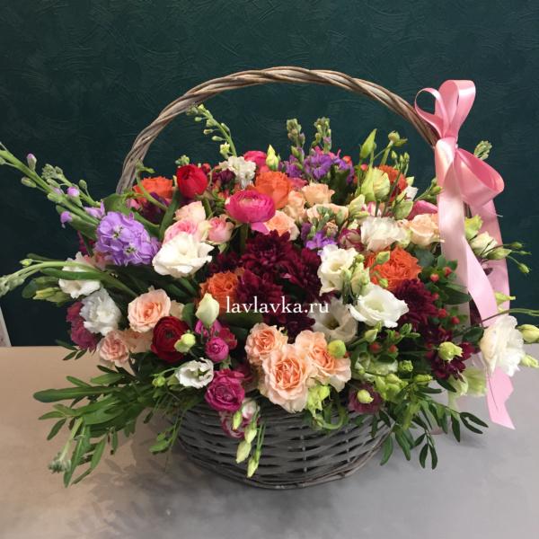 Цветочная композиция №9, букет в корзине, илекс, роза, фрезия, цветочная композиция, цветочная композиция в корзине, цветы в корзине, ятрофа,