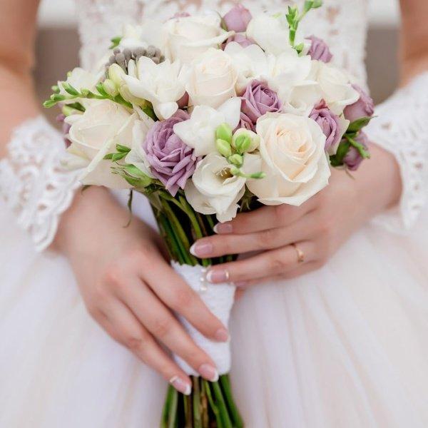 Букет невесты №16, белая фрезия, букет невесты, кремовая роза, кустовая сиреневая роза, свадебный букет, фрезия,
