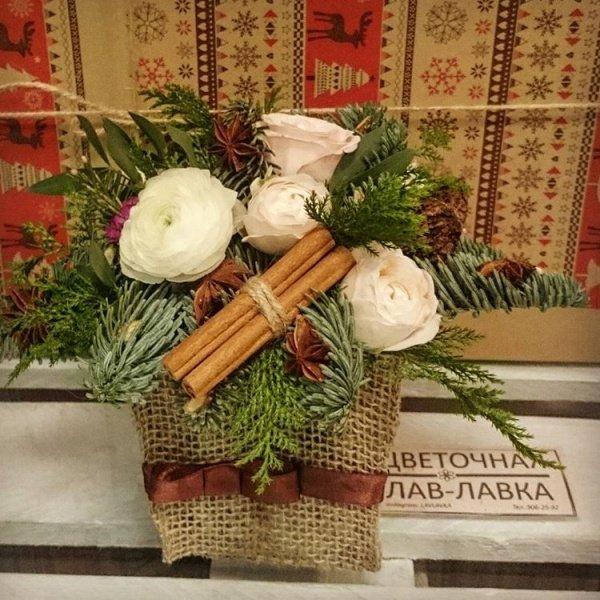 Новогодняя композиция №3, корица, мешковина, нобилис, пионовидная роза, ранункулюс,