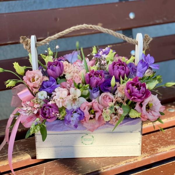 Композиция в ящике №5, альстромерия, букет в ящике, букет с альстромерией, букет с тюльпанами, лизиантус, матиола, роза, роза кустовая пионовидная, стильный букет, стильный букет в ящике, фрезия, фрезия дельта ривер, цветы в деревянном ящике, цветы в ящике,