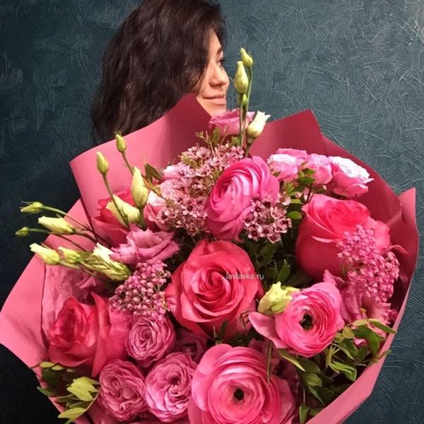 Букет №96, ваксфлауэр, кустовая пионовидная роза, лизиантус, ранункулюс, роза лола, фисташка,