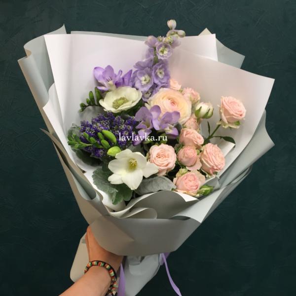 Букет №92, анемон, дельфиниум, кустовая роза, нежный букет, пионовидная роза, ранункулюс, роза, стильный букет, фрезия,