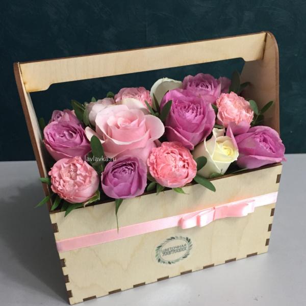 Композиция в ящике №11, роза, роза кустовая пионовидная, цветы в деревянном ящике,