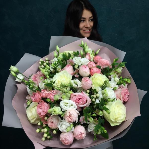 Букет №97, альстромерия шармелия, кустовая пионовидная роза, лизиантус розита вайт, роза мондиаль, роза пионовидная, хиперикум, эвкалипт,