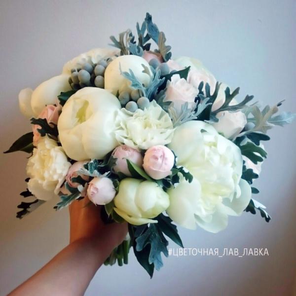 Букет невесты №18, бруния, бруния сильвер, гвоздика, кустовая роза, пион, пион дюшес, пионовидная роза, роза бомбастик, сенецио,