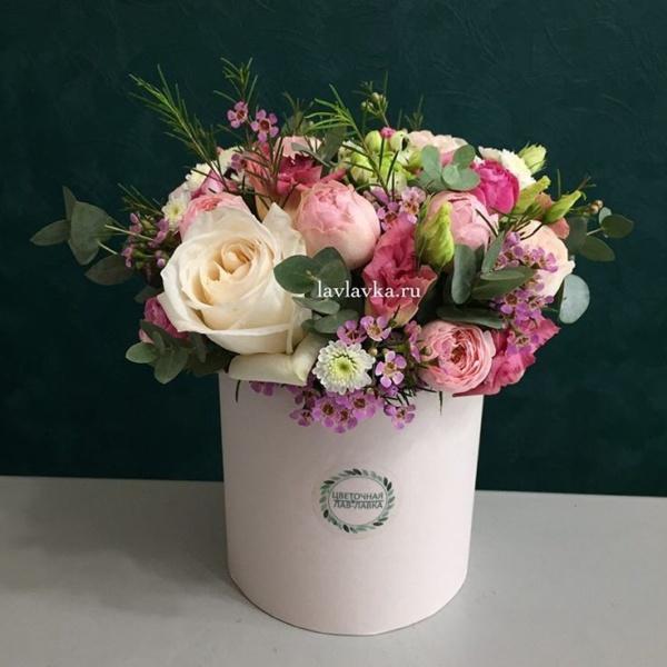 Букет в шляпной коробке №15, букет в шляпной коробке, ваксфлауэр, кустовая пионовидная роза, лизиантус, пионовидная роза, фрезия, цветы в коробке, шляпная коробка, эвкалипт,