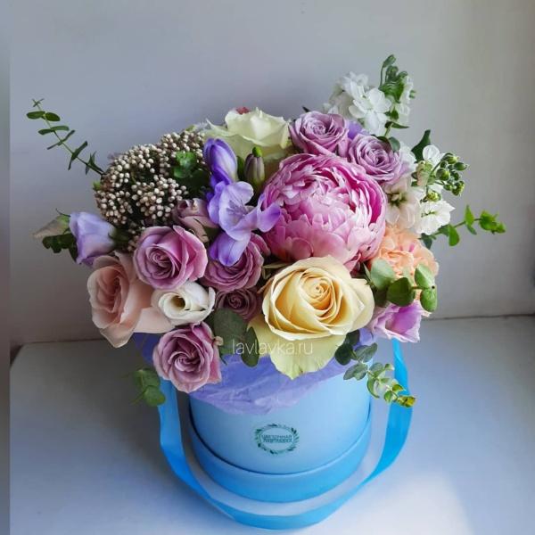 Букет в шляпной коробке №14, букет в коробке, букет в шляпной коробке, кустовая пионовидная роза, матиола, озотамнус, пион, пионовидная роза, роза, розы, фрезия, цветы в коробке, цветы в шляпной коробке, шляпная коробка, эвкалипт,