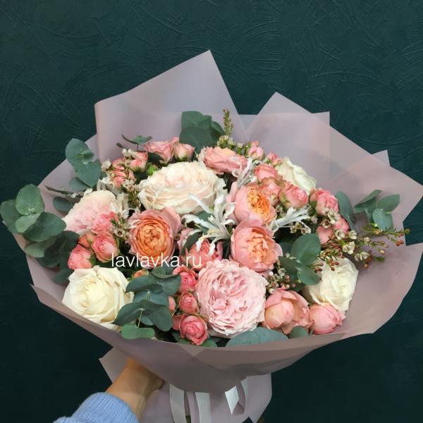 Букет №98, кремовая роза, кустовая пионовидная роза, нерине, пионовидная роза, роза, роза джульета, роза джульетта, роза мадам бомбастик, эвкалипт, эустома,
