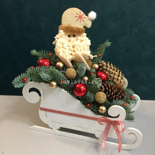 Новогодняя композиция №10, бусы, деревянные сани, елка, нобилис, новогодние композиции, новогодние подарки, новогодний подарок, новогодний шар, новогодняя композиция, олень, сани, шишки,