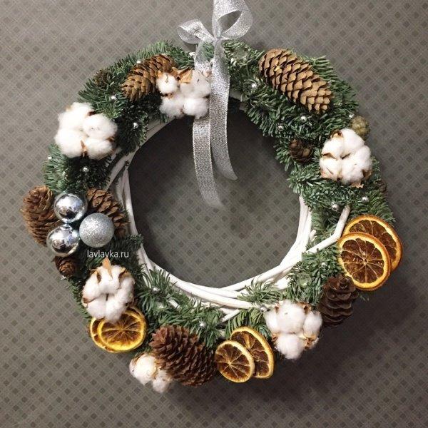 Новогодний венок №8, апельсин, бусины, венок, венок из ели, нобилис, новогодний венок, новогодний декор, хлопок, шишки,