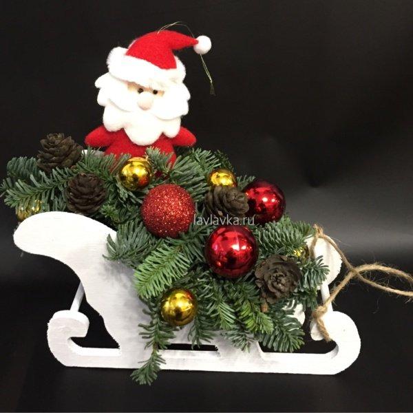 Новогодняя композиция №24, дед мороз, деревянные санки, композиция в санях, нобилис, новогодние композиции, новогодние свечи, новогодние шары, шишки,