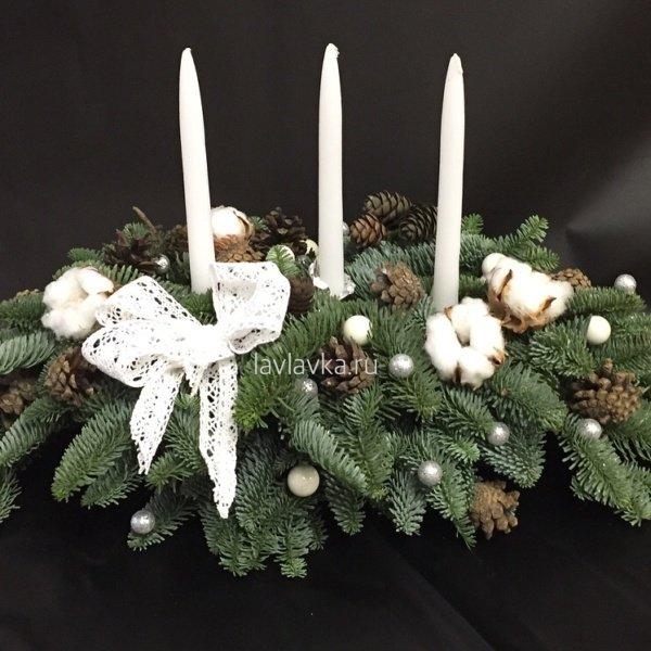 Новогодняя композиция №19, ель, нобилис, новогоднее украшение, новогодние подарки, новогодние свечи, новогодний декор для дома, новогодний шар, новогодняя композиция, новогодняя композиция на стол, новогодняя композиция со свечами, новогодняяч композиция на камин, свеча, хлопок, шишки,
