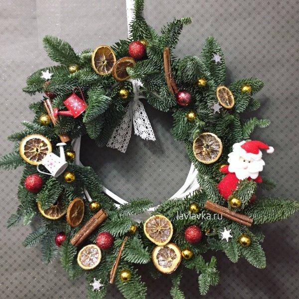 Новогодний венок №10, апельсин, венок из ели, дед мороз, дольки апельсина, корица, лейка, нобилис, новогодние венки из ели, новогодние шары, новогодний венок, новогодний декор, палочки корицы,