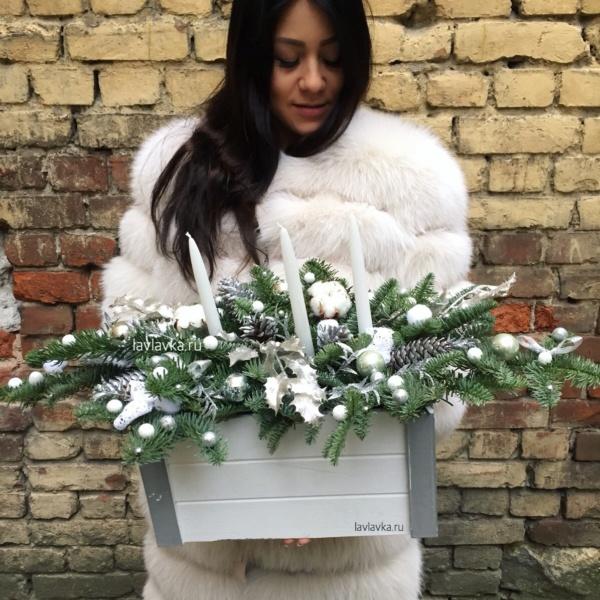 Новогодняя композиция №22, деревянный ящик, елка, нобилис, новогодние свечи, новогодний декор, новогодний декор для дома, новогодний декор для офиса, новогодняя композиция, свечи, хлопок, шары, шишки,