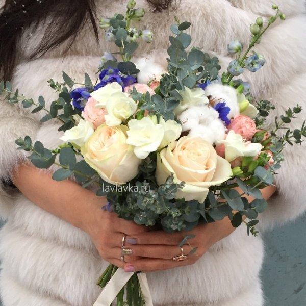 Букет невесты №19, букет невесты, дельфиниум, кустовая пионовидная роза, пионовидная роза, роза бомбастик, свадебный букет, фрезия, хлопок,