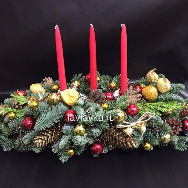 Новогодняя композиция №38, бусы, золотые шишки, колокольчик, композиция с елью, композиция со свечами, нобилис, новогодние шары, новогодний декор для дома, новогодний декор для офиса, новогодний подсвечник, новогодняя композиция, подсвечник, рождественская композиция, свечи, физалис, шишки,