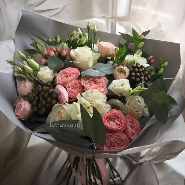 Букет №98, белая гвоздика, белый лизиантус, бруния, бруния сильвер, кремовая роза, кустовая пионовидная роза, пионовидная роза, ранункулюс, роза, эвкалипт, эустома,