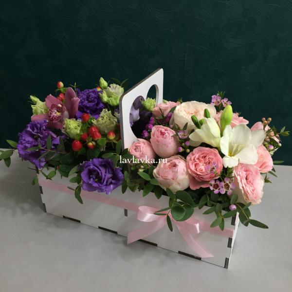 Композиция в ящике №12, деревянный ящик, лизиантус, роза капучино, розы, сенецио, хамелациум, эустома, эустома алиса блю,