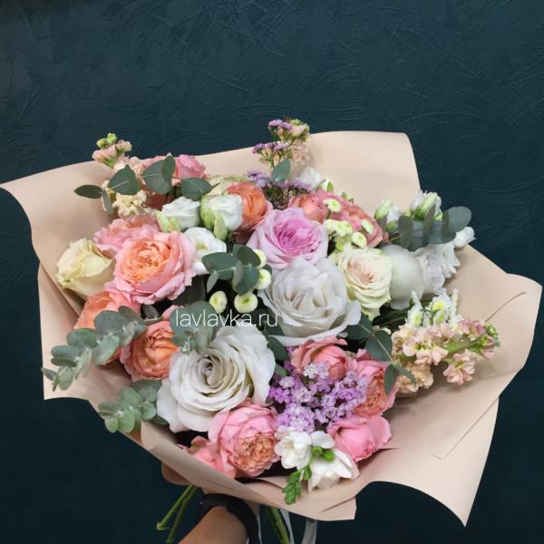 Букет №100, ваксфлауэр, кустовая пионовидная роза, лизиантус, матрикария бая, маттиола, пионовидная роза, пудровые розы, роза джульета, фрезия, хамелациум, эвкалипт,