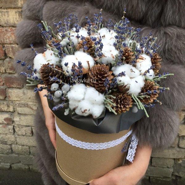 Букет в шляпной коробке №16, бруния, бруния сильвер, букет в коробке, букет в шляпной коробке, букет из сухоцветов, букет с хлопком, лаванда, сухоцвет, хлопок, цветы в коробке, шишки,