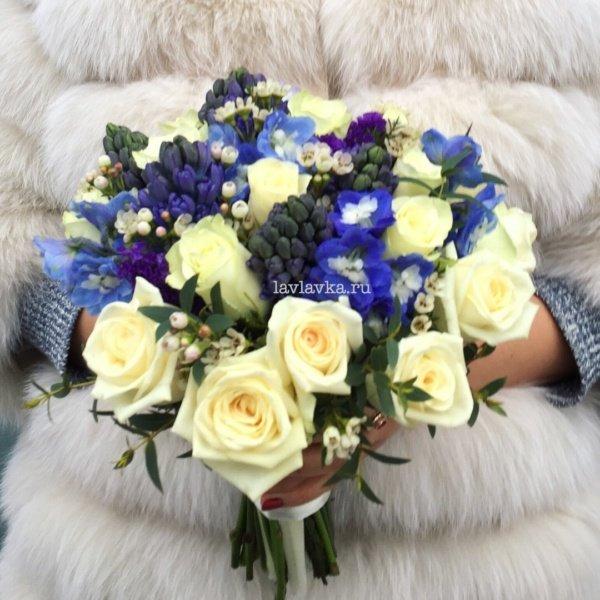 Букет невесты №20, белый букет, букет, букет из роз, букет невесты, гиацинт, дельфиниум, зимний букет, мини роза, роза белая, свадебный букет, синий букет, статица, хамелациум,
