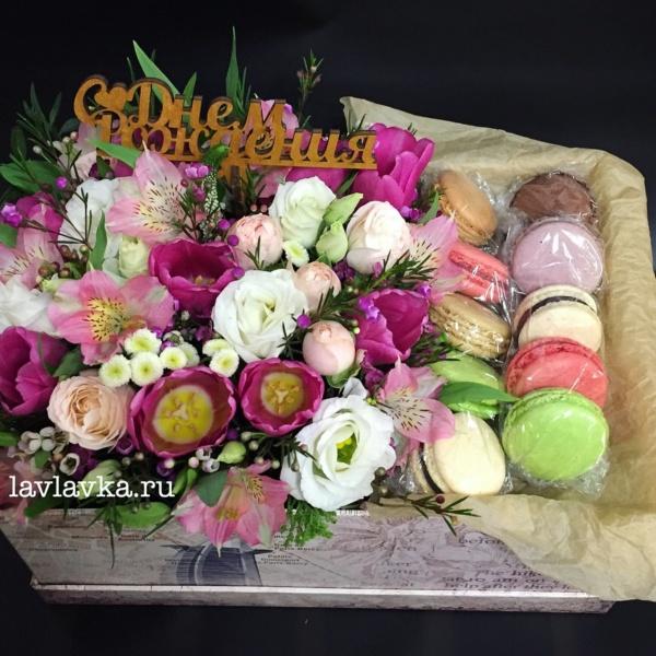Сладкая композиция №12, бая, букет в коробке, букет с макарунами, деревянные слова, композиция, кустовая пионовидная роза, лизиантус, макаруны, пионовидная роза, розы, топпер, тюльпан, тюльпаны, цветочная композиция, цветочная композиция с макарунами, цветы в коробке, цветы и макаруны, эустома,