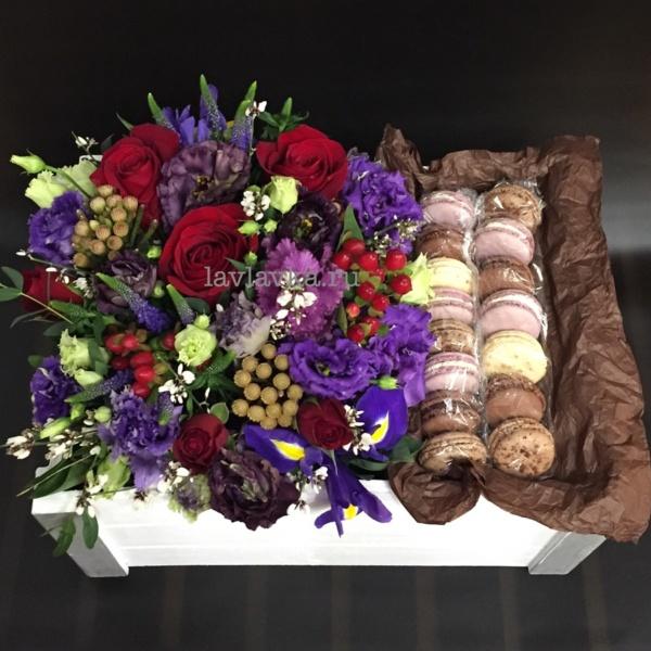 Сладкая композиция №13, букет с макарунами, вероника, гиперикум, ирисы, красная роза, красные ягоды, лизиантус блэк перл, макаруны, мужской букет, розы, темный лизиантус, цветы в коробке, цветы в ящике, цветы и макаруны, эустома,