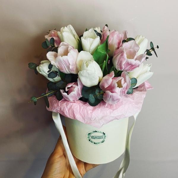 Букет в шляпной коробке №11, букет в коробке, букет из 19 тюльпанов, букет из тюльпанов, тюльпаны, эвкалипт,