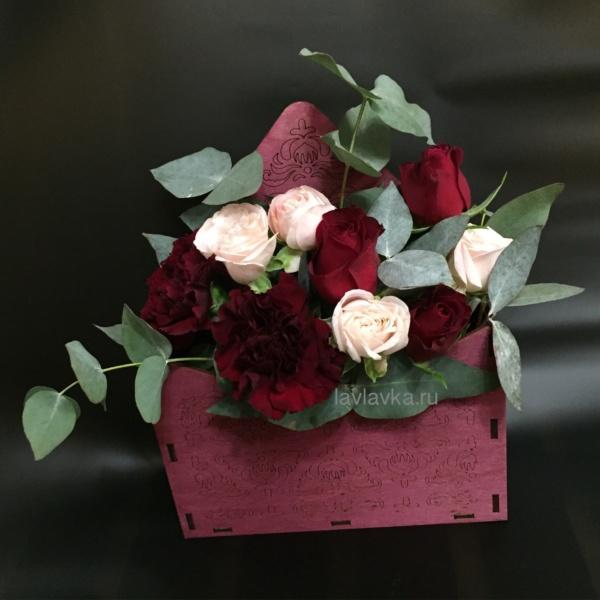 Композиция в ящике №15, гвоздика, конверт, кустовая пионовидная роза, мини роза, эвкалипт, ящик конверт,