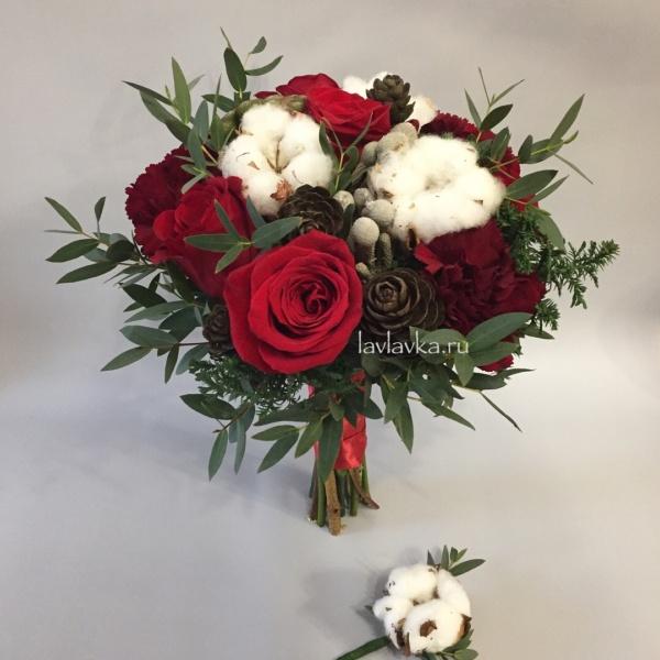 Букет невесты №27, гвоздика, кипарис, красная роза, розы, хлопок, шишки, эвкалипт,