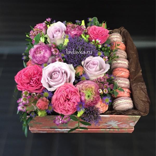 Сладкая композиция №14, букет в коробке, букет с макарунами, букет с макаруни, цветы в коробке, цветы и макаруны, цветы с макарунами,