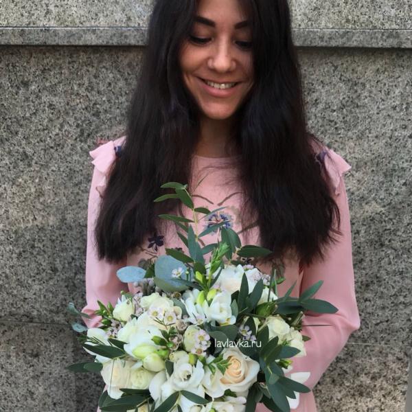 Букет невесты №29, белый букет невесты, бруния, букет невесты, бутоньерка, лизиантус, розы, свадебный букет, фрезия, хамелациум, эвкалипт,