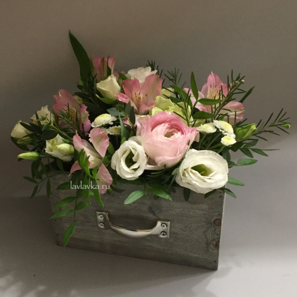 Композиция в ящике №17, альстрамерия, лизиантус, ранункулюс, сталлион, фисташка, цветы в ящике, цветы коробке,