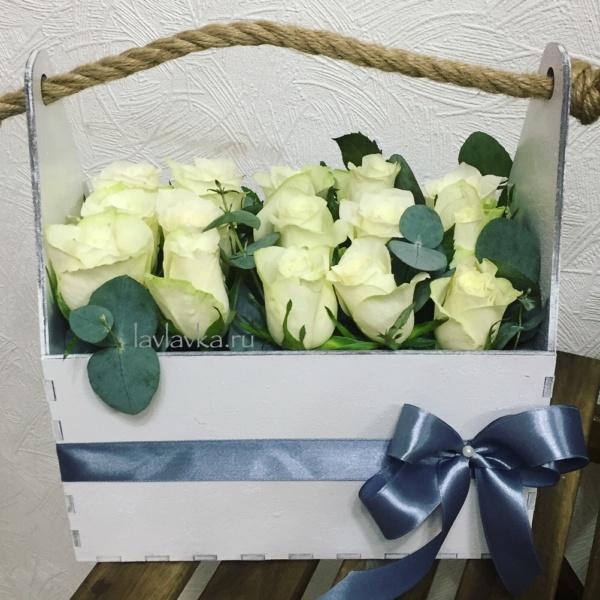 Композиция в ящике №16, белые розы, деревянный ящик, мини розы, роза, цветы в деревянном ящике, эвкалипт,