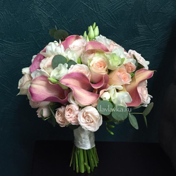 Букет невесты №31, букет невесты с каллами, бутоньерка, каллы, кустовая пионовидная роза, лизиантус, роза, роза бомбастик, роза кустовая, фрезия, эвкалипт,