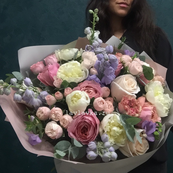 Букет №103, белый пион, бомбастик, дельфиниум, дельфиниум лавандер, дорогие букеты, кустовая пионовидная роза, пион, пион дюшес, пионовидная роза, роза бомбастик, фрезия, шикарный букет, эвкалипт ценарея,