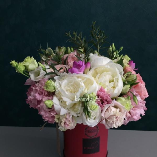 Букет в шляпной коробке №20, белый пион, букет в коробке, лизиантус, махровый лизиантус, пион, пионовидная роза, розы, фрезия, цветы в коробке, цветы в шляпной коробке, эвкалипт, эустома,