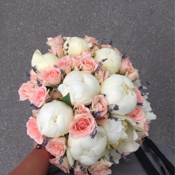 Букет невесты №32, белые пионы, белый пион, букет из белых пионов, букет из пионов, букет невесты, букет с лавандой, кустовая роза, лаванда, пионы, розовые кустовые розы, свадебный букет, свадебный букет с пионами,