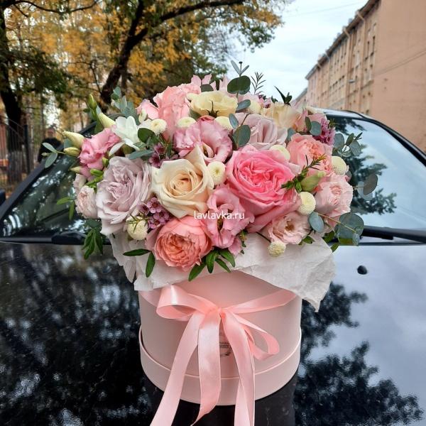 Букет в шляпной коробке №25, белый лизиантус, букет в коробке, букет в шляпной коробке, матрикария бая, роза джульета, роза кустовая пионовидная, роза мадам бомбастик, роза пинк о хара, фисташка, цветы в коробке, цветы в шляпной коробке, эвкалипт,