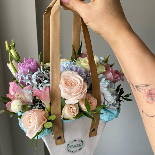Цветочная композиция №7, белый лизиантус, букет в сумочке, композиция, композиция в корзинке, композиция в сумочке, кустовая роза, нежный букет, персиковые розы, розы, цветочная композиция, Цветочная сумка, цветы в корзине, цветы в корзинке,