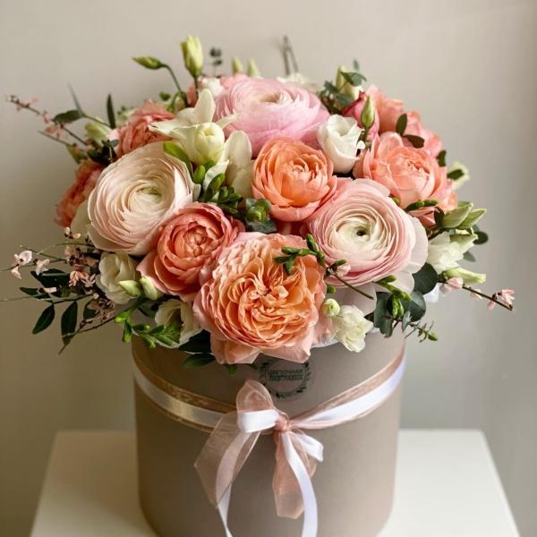 Букет в шляпной коробке №28, белый лизиантус, букет в коробке, букет в шляпной коробке, букет с лютиками, букет с ранункулюсами, лютик, пионовидные розы, ранункулюс, роза, роза кустовая, роза кустовая пионовидная, роза пионовидная, фрезия, цветы в коробке, цветы в шляпной коробке,