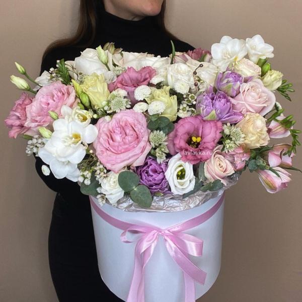 Букет в шляпной коробке №27, букет в коробке, букет в шляпной коробке, гвоздика, орнитогалум вайт стар, роза мадам бомбастик, роза пионовидная, фрезия, хиперикум крем, хлопок, цветы в коробке, цветы в шляпной коробке,