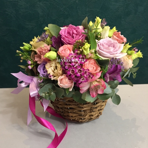 Цветочная композиция №19, альстромерия, лизиантус, плетеное кашпо, роза, роза кустовая, фисташка, цветочная композиция,
