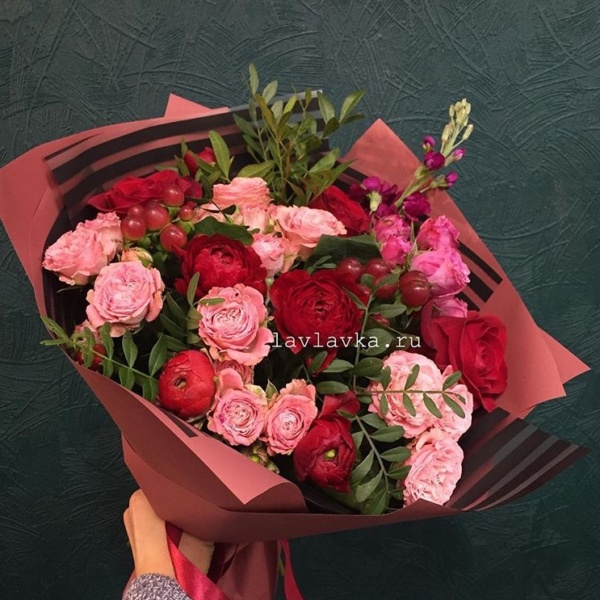 Букет №121, астильба паул гранде, котинус, кустовая пионовидная роза, ранункулюс, ранункулюс клуни, роза фридом, фисташка, хиперикум, хиперикум коко танго,