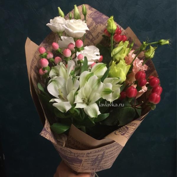 Букет №118, альстромерия, белый лизиантус, букет на 14 февраля, букет на 8 марта, хиперикум кустовой, хиперикум розовый, цветы на 14 февраля, цветы на 8 марта, эустома,
